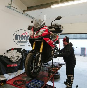 Another regular customer & mono motorcycles supporter brought his BMW S1000 XR to the workshop for new chain & sprockets & new front & rear brake pads.