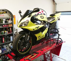 second long term guest, the first generation fuel injected Yamaha R1, has finally had her new-pre-loved engine fitted.