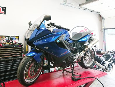 welcomed a regal blue BMW F800GT. The BMW joined us for replacement rear tyre & servicing.