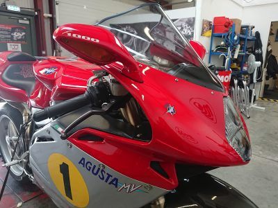The MV Augusta F4 which is now running after joining us as a non start, had her newly filled & repainted panels fitted.
