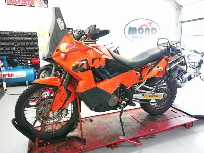Thursday morning we welcomed the KTM 950 Adventure to the mono motorcycles workshop. The KTM has joined us for a sporadic & intermittent cut out fault assessment & coil replacement.