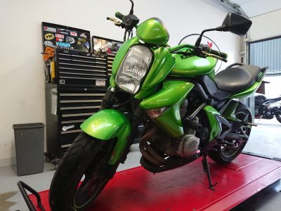 Last week we welcomed the popping green Kawasaki EN6n, which joined us for major servicing.